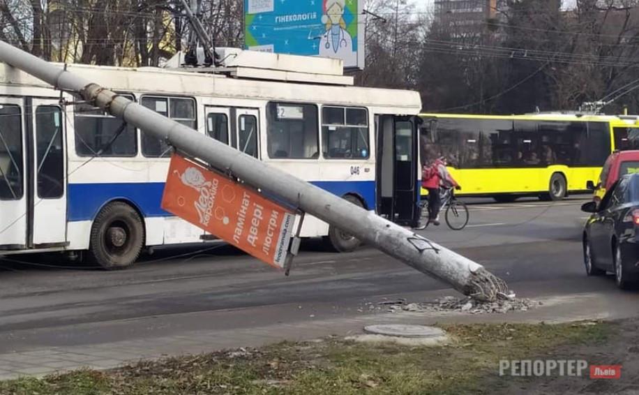 Пара електроопор раптово впала на дорогу та пошкодила два транспортні засоби - Фото
