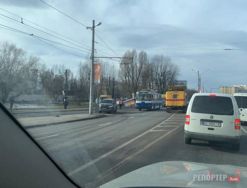 Пара електроопор раптово впала на дорогу та пошкодила два транспортні засоби