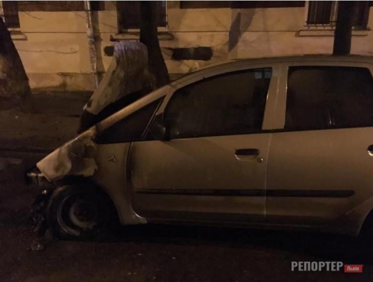 НП у Львові – підпалили автівку журналістки місцевого радіо - Фото