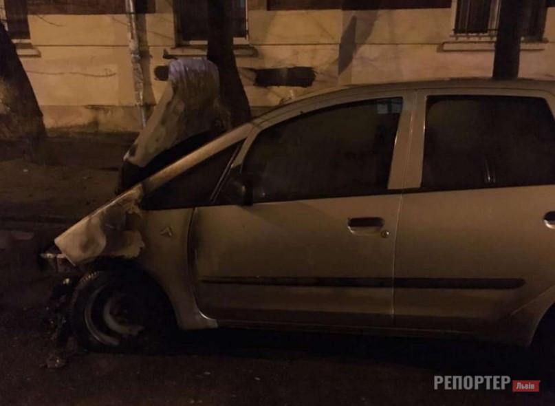 НП у Львові – підпалили автівку журналістки місцевого радіо