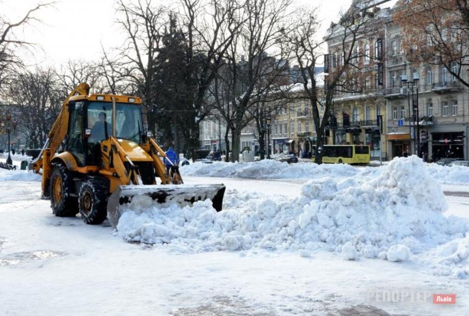 У Львові направили 33 машини спецтехніки на очистку доріг від снігу