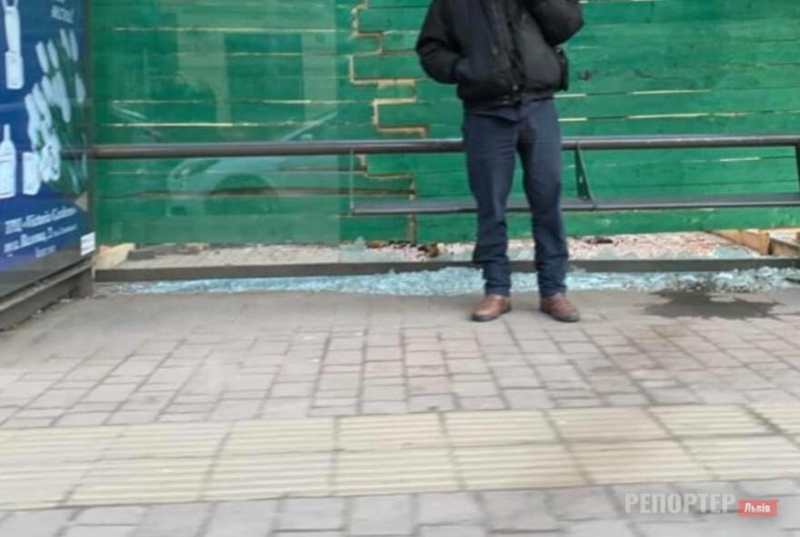 У Львові знову розбивають зупиночні комплекси - Фото