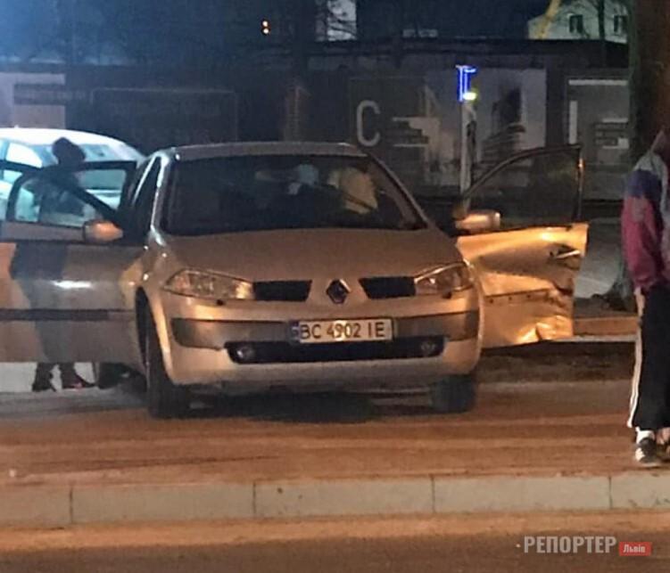 В ніч на 28 лютого у Львов трапилась аварія за участю двох автомобілів - Фото